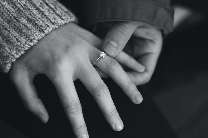 白黒シックな色味の結婚指輪