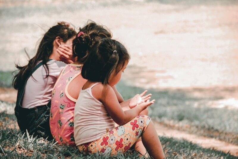 芝生の上に座る女の子たち