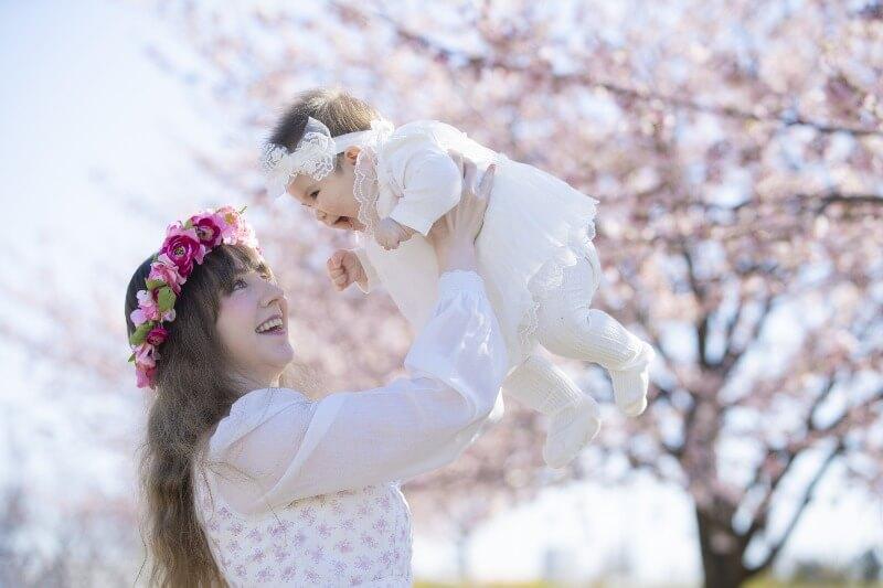 笑顔の赤ちゃんとお母さん