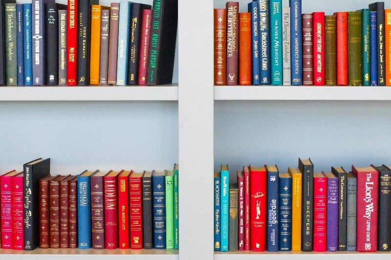 本棚に並ぶ鮮やかな本たち