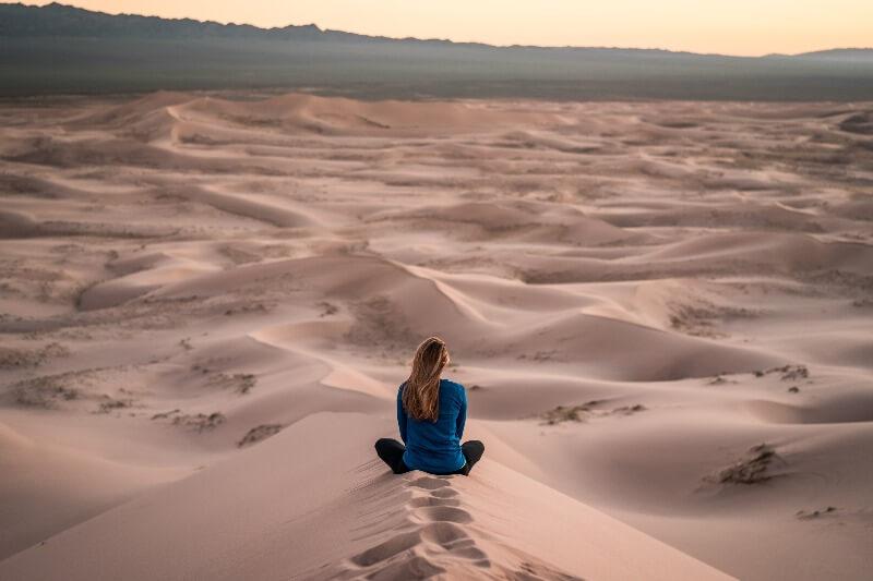 砂漠にたたずむ女性