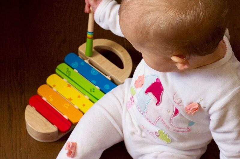 木琴で遊んでいる赤ちゃん