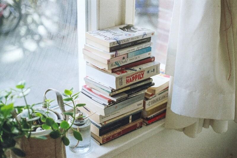 窓際におしゃれな外国の本たち