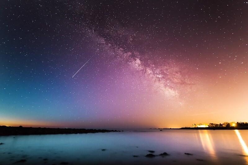 鮮やかに輝く星空と流れ星