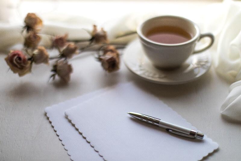 ノートとペン、紅茶とドライフラワーでリラックス