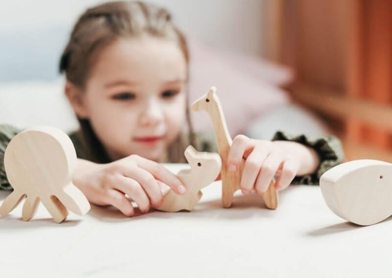 木製のおもちゃで遊ぶ女の子