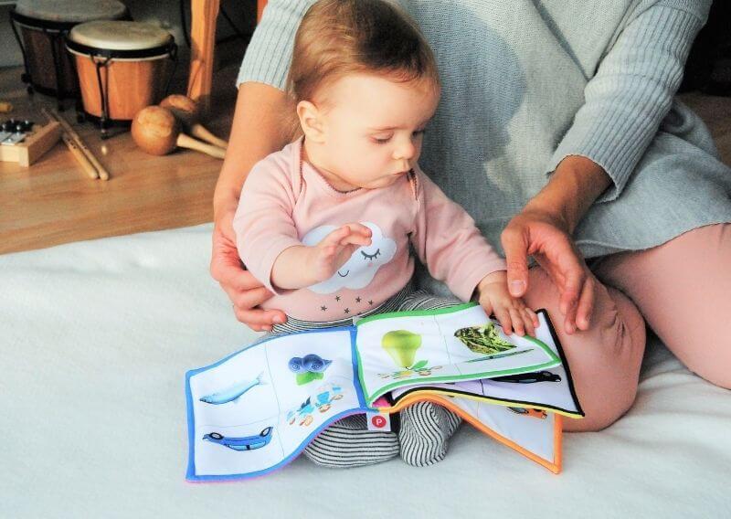 布絵本で遊ぶ赤ちゃん