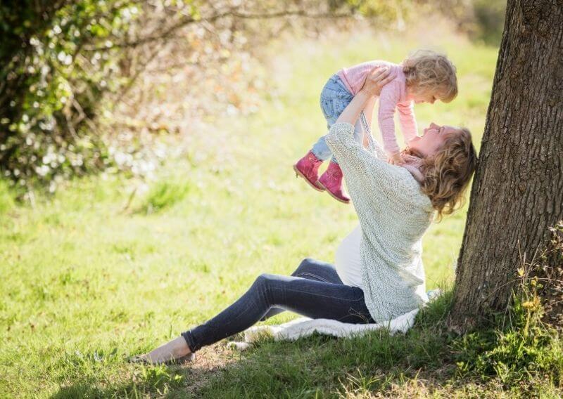 笑顔で遊ぶ子どもと保育園看護師