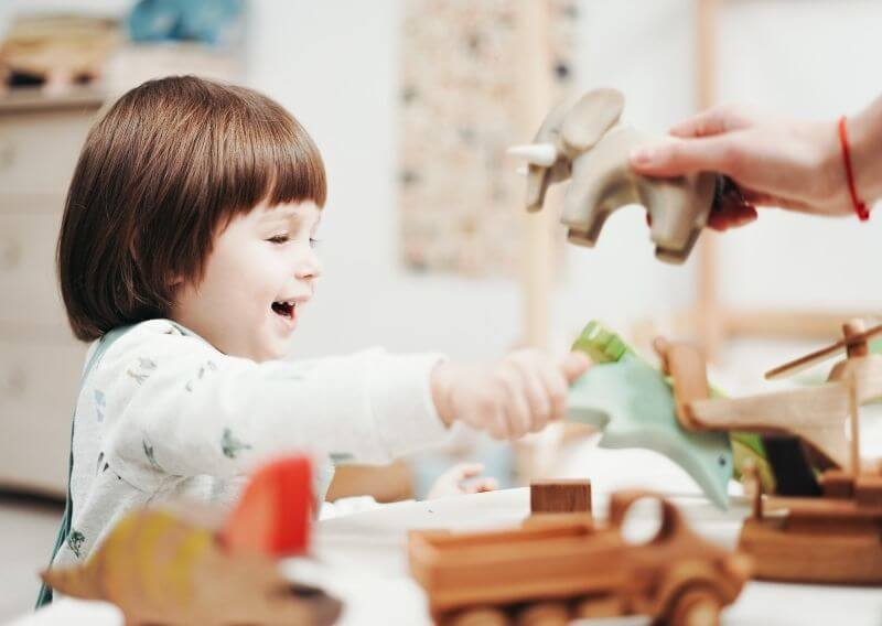 木のおもちゃで遊ぶ子ども