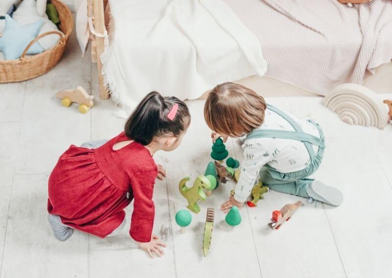 木のおもちゃで遊ぶ男の子と女の子