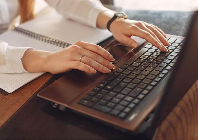 看護roo!で転職する際の流れをパソコンで調べる女性