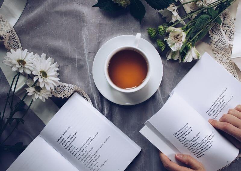 おしゃれな空間で本を読む