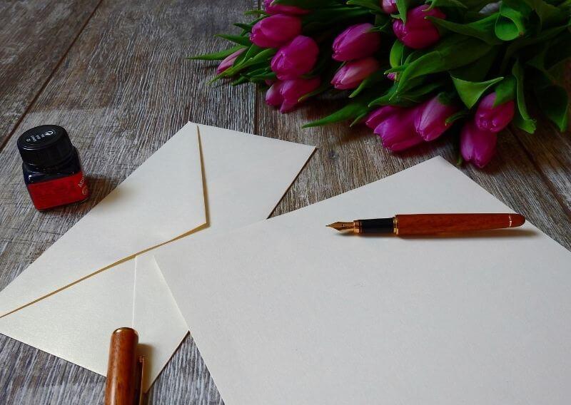 手紙を万年筆で書く