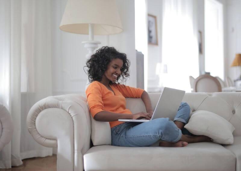 看護roo!公式サイトをパソコンで利用する女性