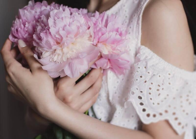 花束を抱えている女性