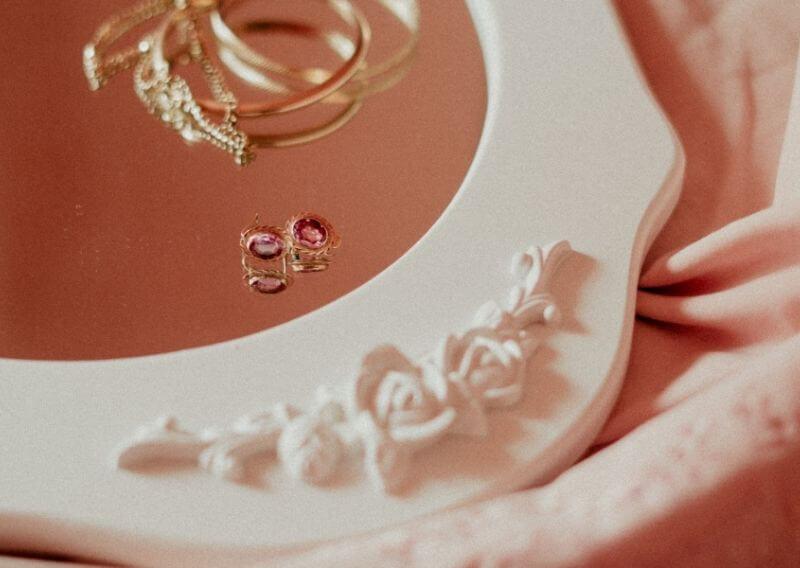 女性らしいアクセサリーとピンクのミラー