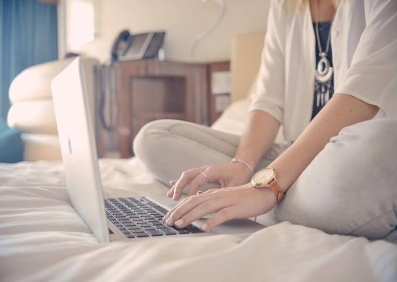 看護師求人をパソコンで探す女性