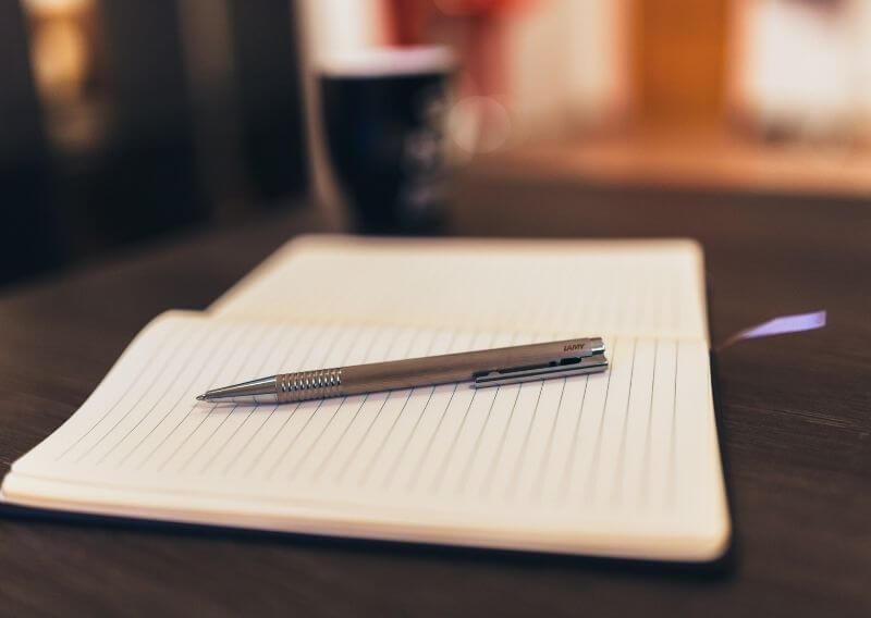 おしゃれなデスクにノートとペン