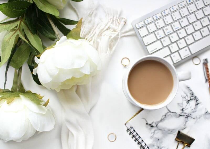白いバラとカフェラテとキーボード