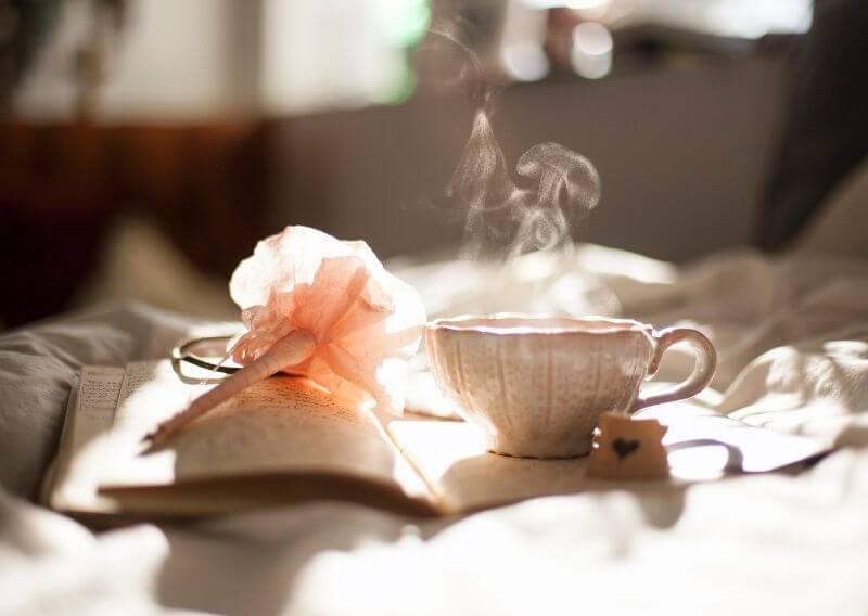 あったかいカフェラテとおしゃれな本とペン