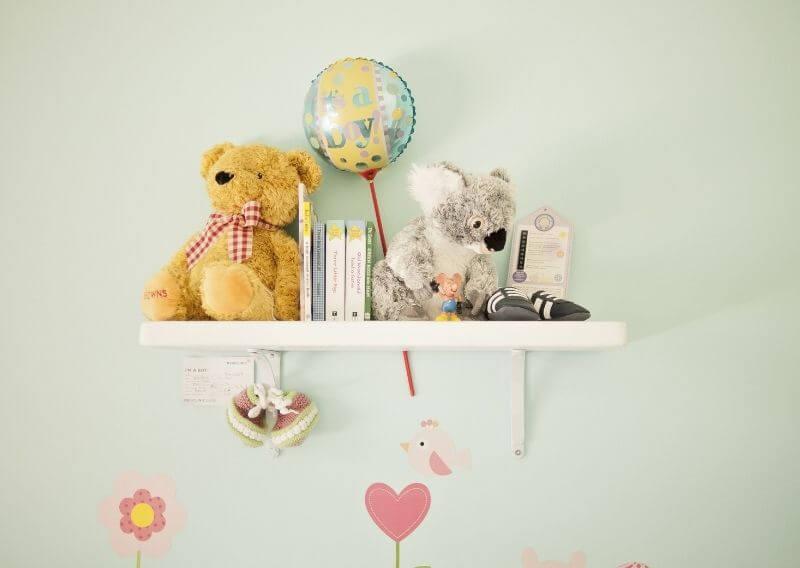 子供部屋の壁におもちゃがいっぱい