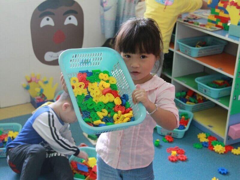 おもちゃをみせる女の子