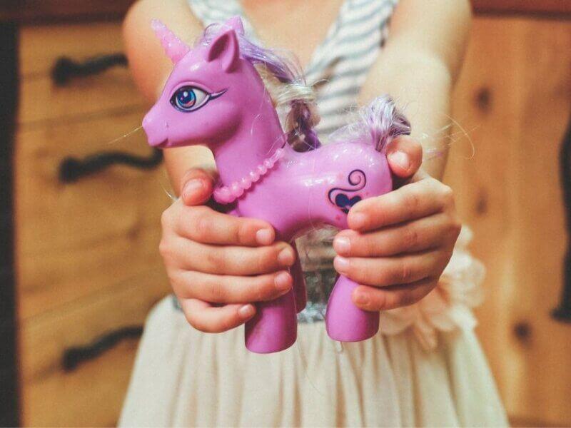 おもちゃを手渡す女の子